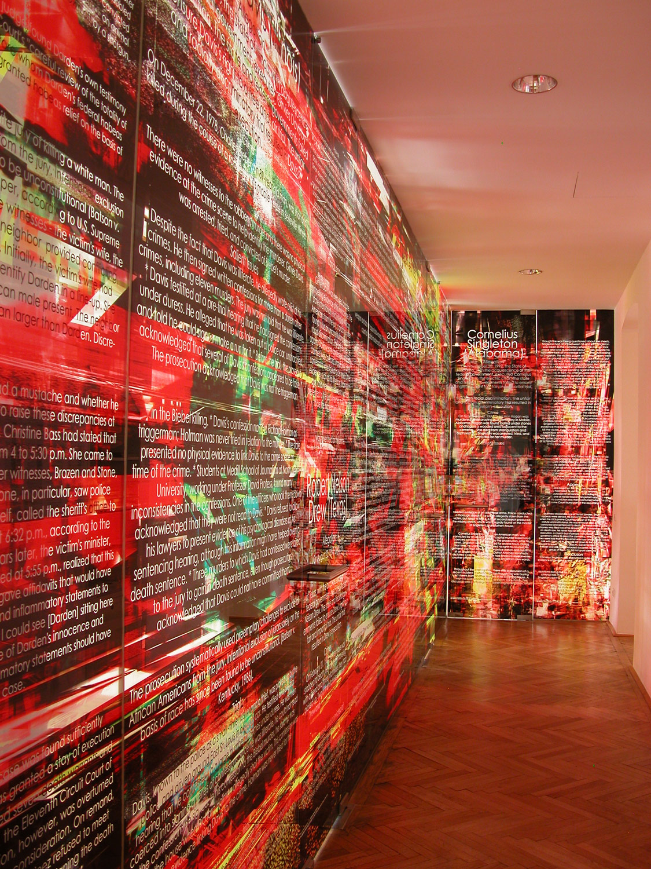 © Herwig Steiner (1956L) / Not one more execution / Installation - Große Glaswand mit 5 Türen / 13-teilig / computergenerierter Glasdruck / 2004/05 / 321,0 x 155,5 cm + 325,4 x 1136,05 cm + 325,4 x 170,4 cm / Korridor: ehem. Kanzlei Manak & Partner / Foto: Herwig Steiner (1956L)