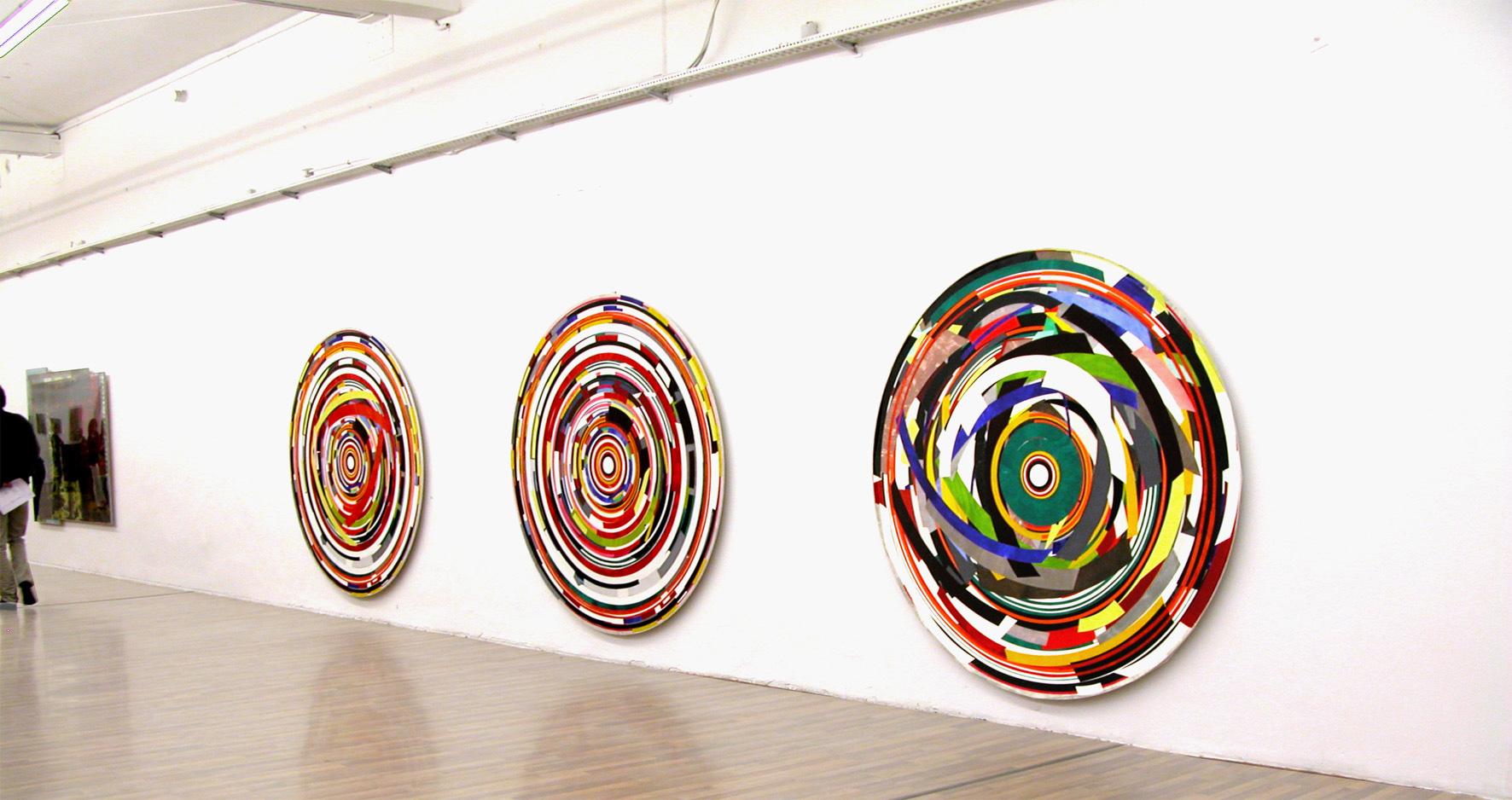 Herwig Steiner (1956L), Ehem. Residenzpost München, 2008, Ausstellungsansicht (v.l.n.r.)<br>Herwig Steiner (1956L), Postattrappe FO-58, 2006, Collage, Ø ca. 198cm<br>Herwig Steiner (1956L), Postattrappe FO4a, 2007, Collage, Ø ca. 198cm<br>Herwig Steiner (1956L), Postattrappe S/2007/2008/8890a, 2008, Collage, Ø ca. 197cm, Privatbesitz München