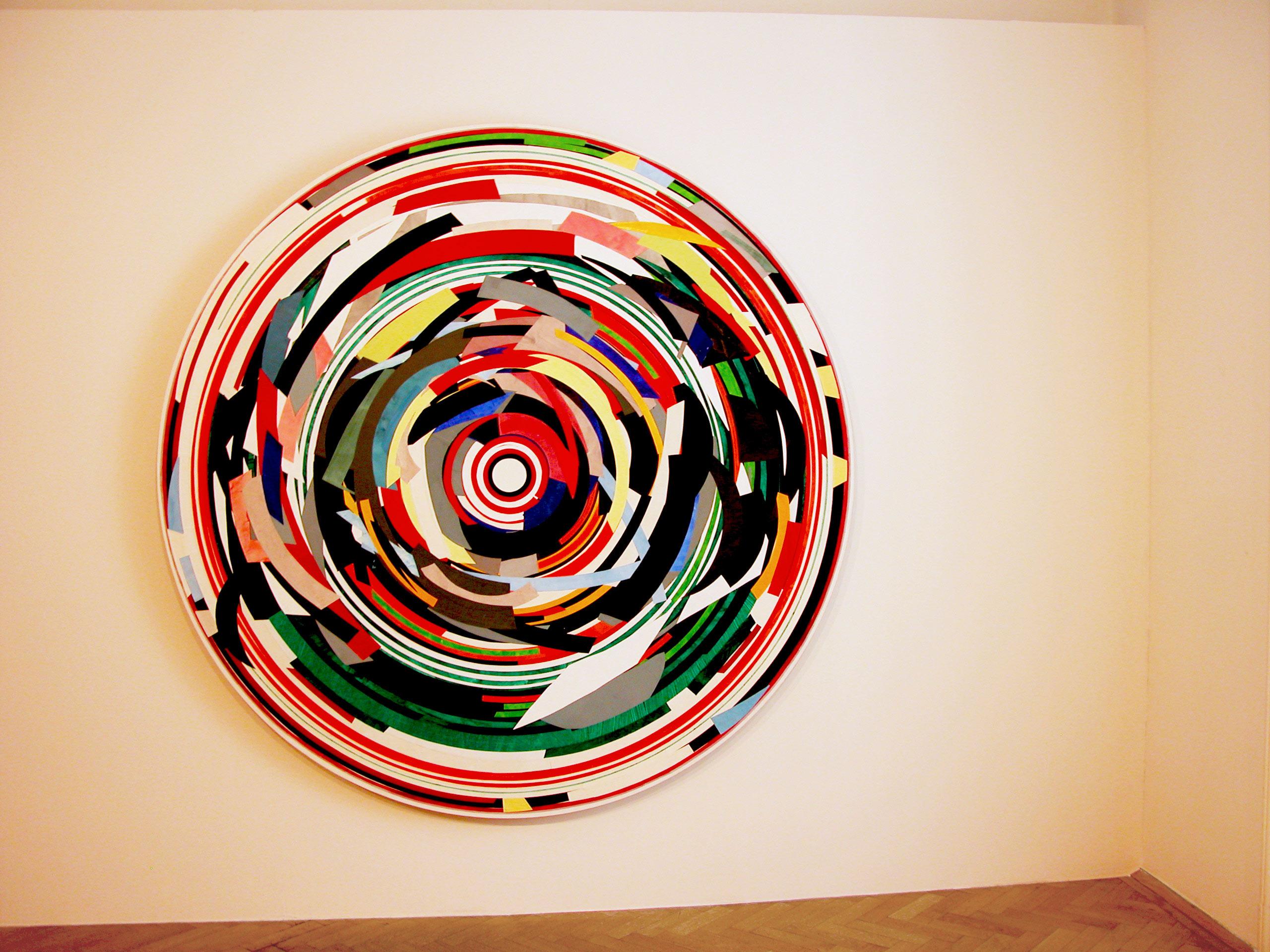 Herwig Steiner (1956L), Kunstraum Stephansplatz6 /Wien, 2018, Ausstellungsansicht<br>Herwig Steiner (1956L), Postattrappe S/2013/2017/030a, 2017, Collage, Ø ca. 195cm