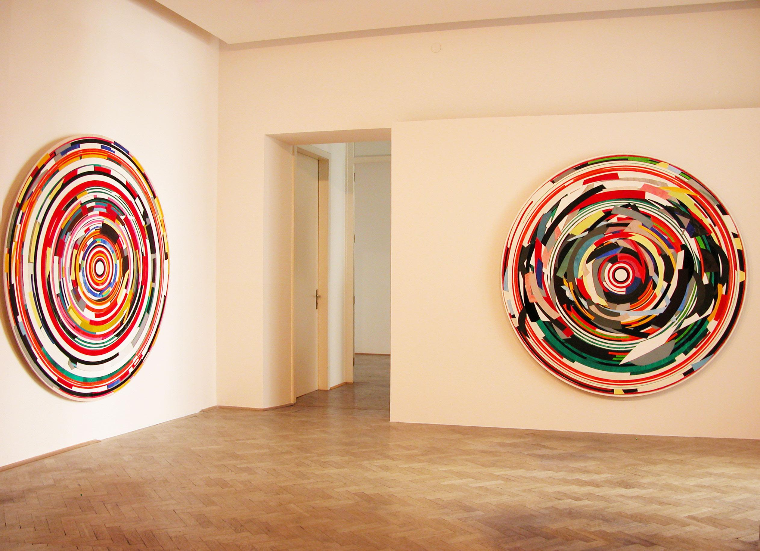 Herwig Steiner (1956L), Kunstraum Stephansplatz6 /Wien, 2018, Ausstellungsansicht (v.l.n.r.)<br>Herwig Steiner (1956L), Postattrappe FO4a, 2007, Collage, Ø ca. 198cm <br>Herwig Steiner (1956L), Postattrappe S/2013/2017/030a, 2017, Collage, Ø ca. 195cm