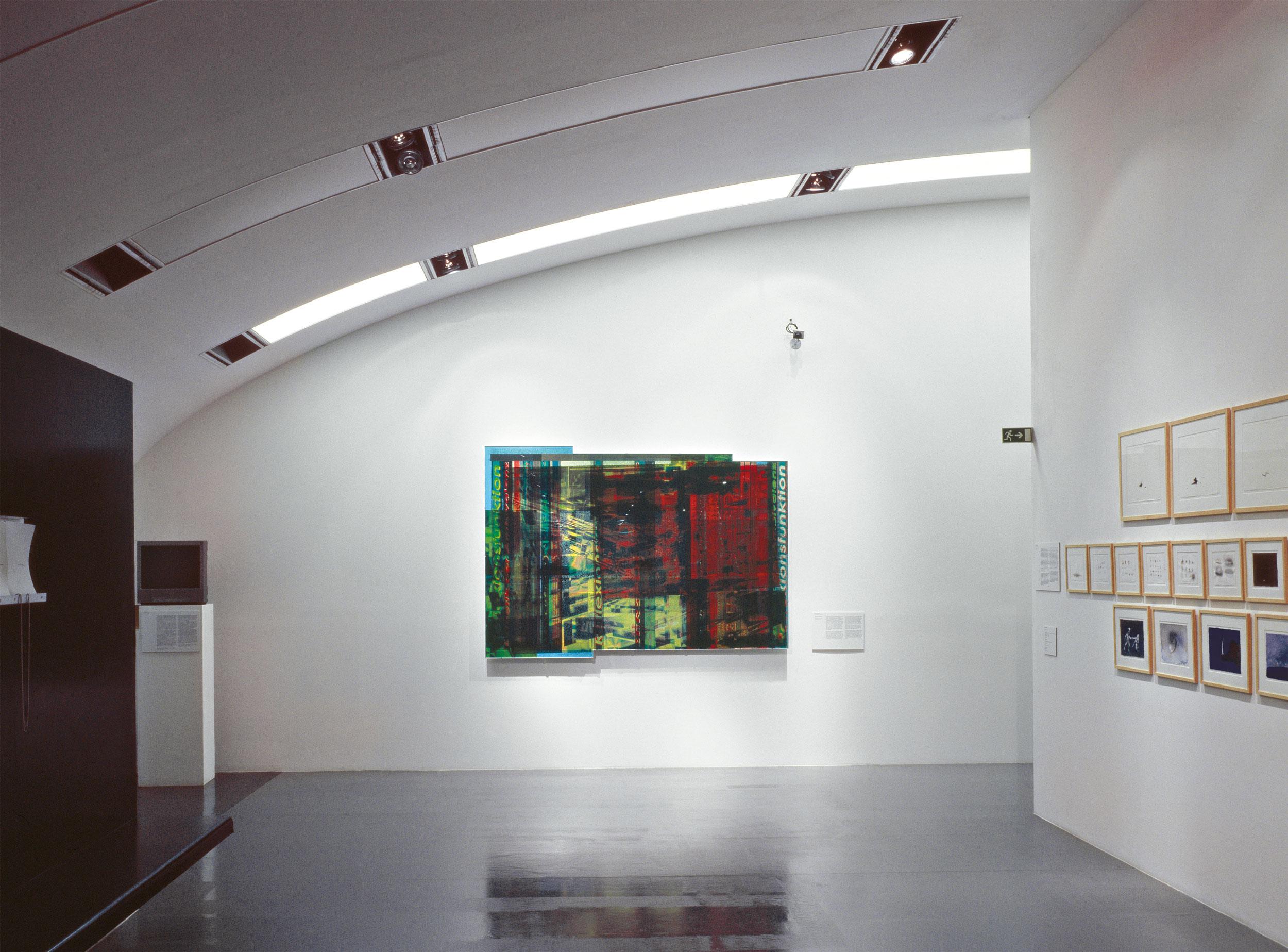 Attack!, Kunst und Krieg im Zeitalter der Medien, Kunsthalle Wien, Ausstellungsansicht, 2003 Foto: Schachinger