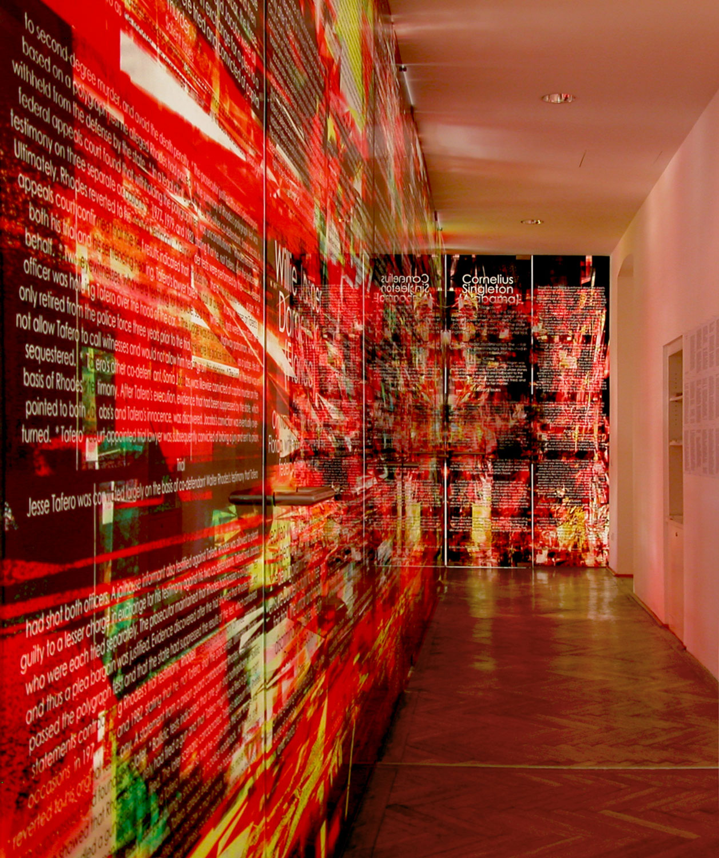 © Herwig Steiner (1956L) / Not one more execution / Installation - Große Glaswand mit 5 Türen / 13-teilig / computergenerierter Glasdruck / 2004/05 / 321,0 x 155,5 cm + 325,4 x 1136,05 cm + 325,4 x 170,4 cm / Korridor: ehem. Kanzlei Manak & Partner (Veränderte Lichsituation) / Foto: Herwig Steiner (1956L)